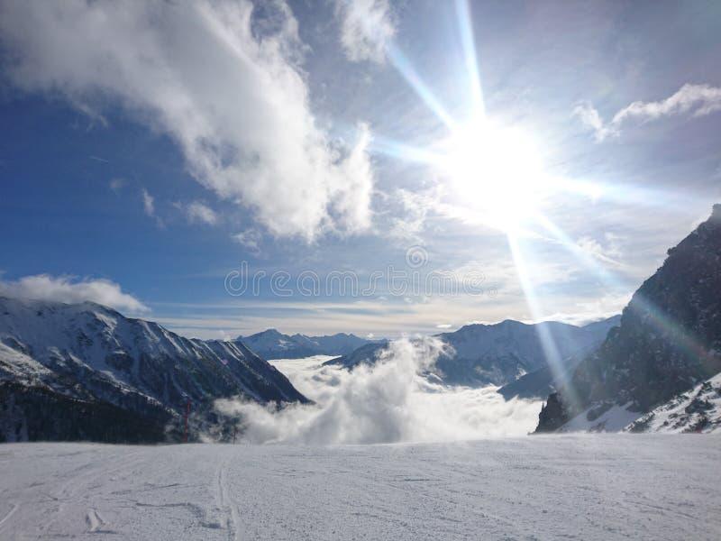 Sun sur de hautes montagnes image stock