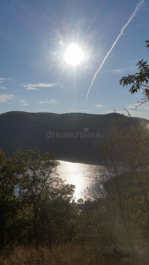 Sun sur la rivière images stock