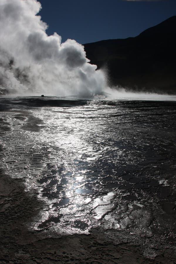 Sun sur les eaux et la vapeur en EL Tatio photo libre de droits