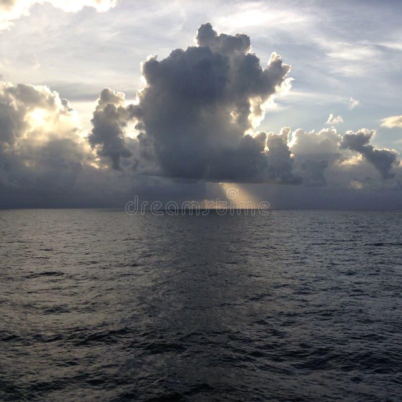 Sun sur les nuages photographie stock