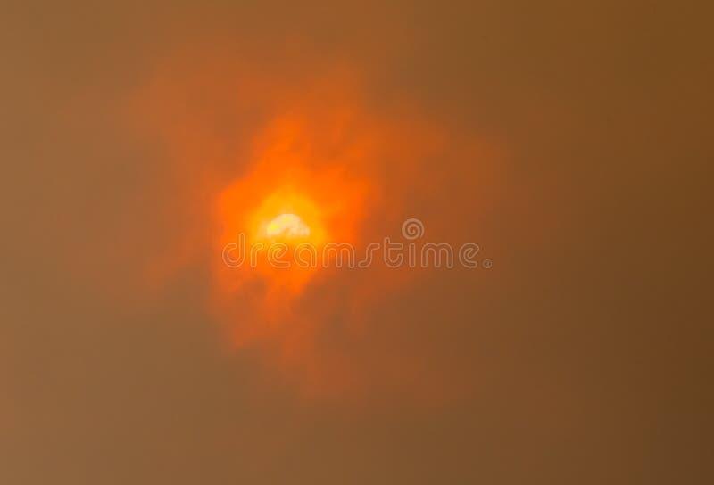 Sun a través de las nubes del Bushfire foto de archivo