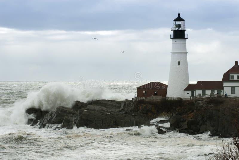 Sun traverse des nuages de tempête comme les vagues se brisent par Maine Lighthou photo libre de droits