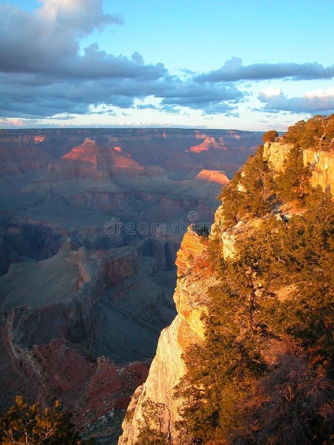 Sun a trempé le flanc de montagne rouge dans Grand Canyon images libres de droits