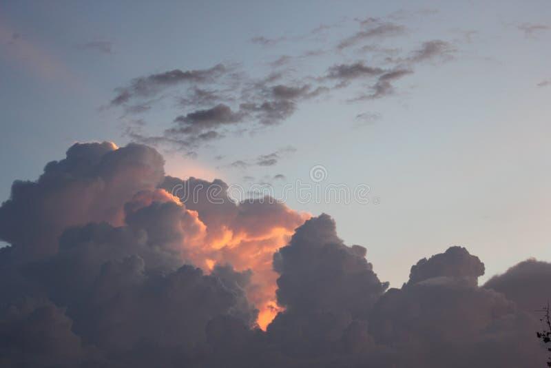 Sun- und Abendhimmel lizenzfreie stockfotografie