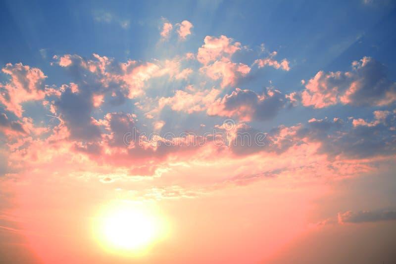 Sun und Himmel Hintergrund Wolken stockbild