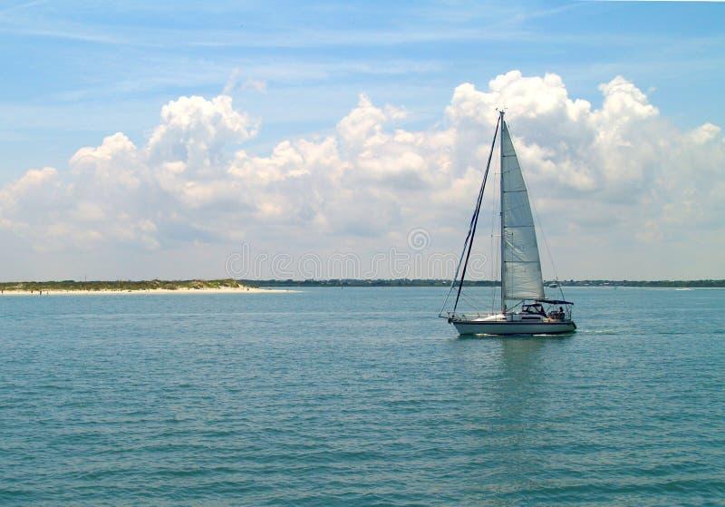 Sun und Segelboot lizenzfreies stockbild