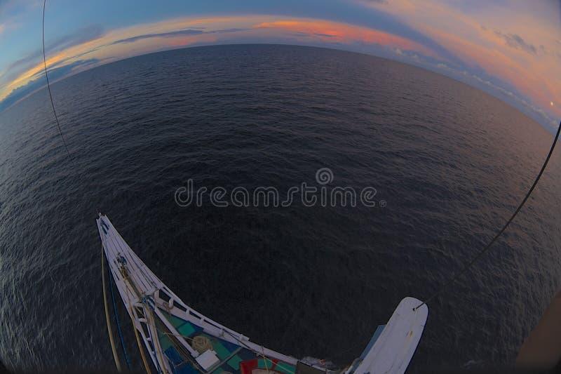 Sun uppsättning över hav royaltyfri foto