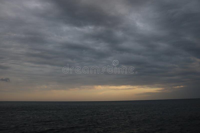Sun uppsättning över hav royaltyfri bild