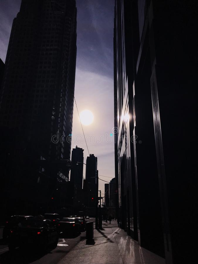 Sun va abajo entre los edificios céntricos foto de archivo libre de regalías