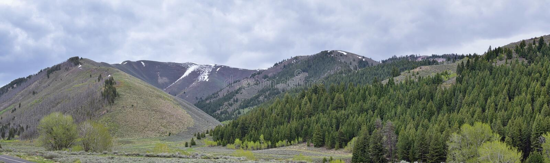 Sun Valley b?verskinnkanjon i f?r Forest Landscape f?r Sawtoothbergmedborgare sikter panorama fr?n slingaliten vikv?gen i Idaho arkivfoton