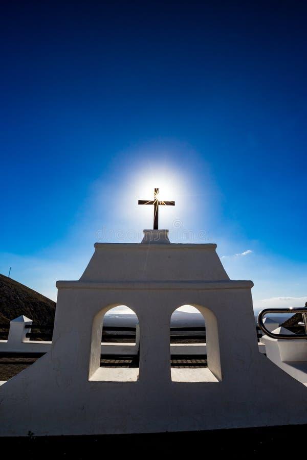 Sun venant par la croix noire à Lanzarote, Espagne image stock