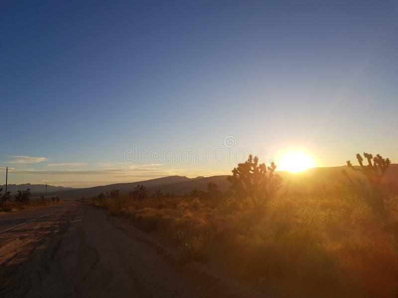 Sun vers le bas au-dessus de la scène sèche de l'Arizona Etats-Unis photographie stock