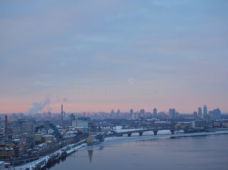 Sun vers le bas dans votre ville, Kiev, Ukraine La grande vie de ville Panorama de village photo libre de droits