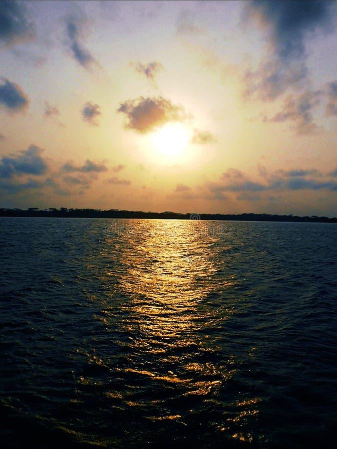 The Sun y el río fotos de archivo libres de regalías