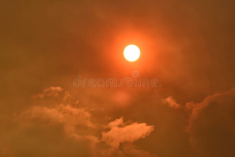 Sun y humo imagenes de archivo