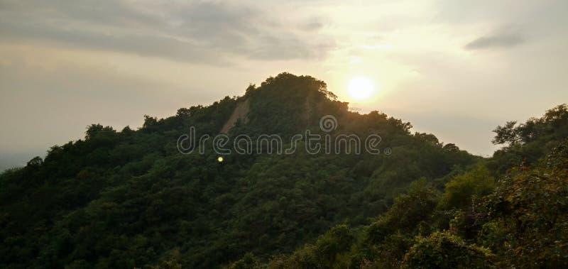 The Sun y la colina imagen de archivo libre de regalías