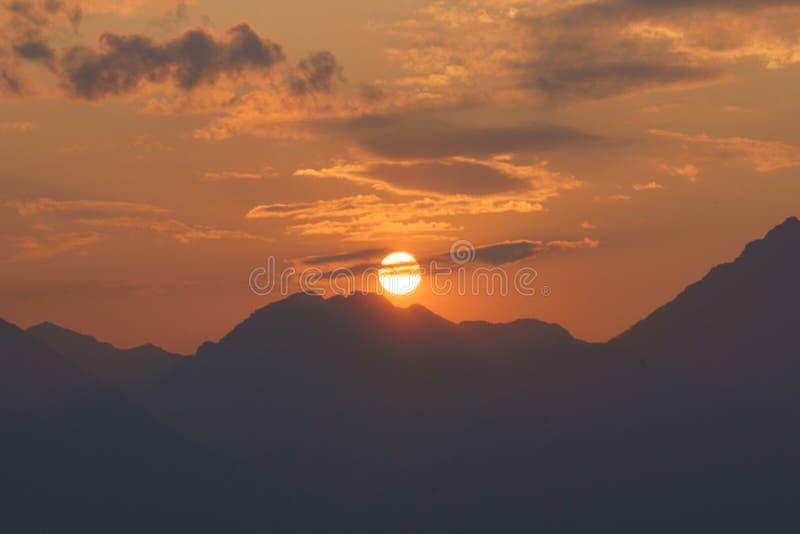 Sun y montañas fotos de archivo