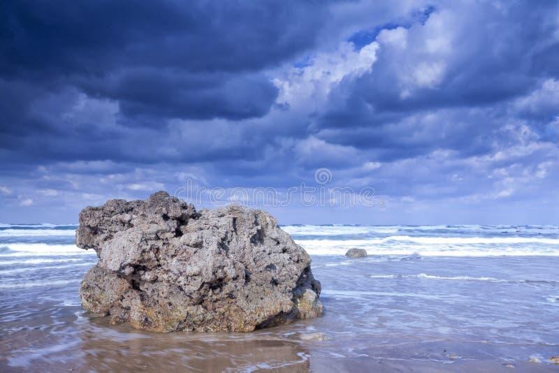 Sun y nubes en la costa imagen de archivo libre de regalías