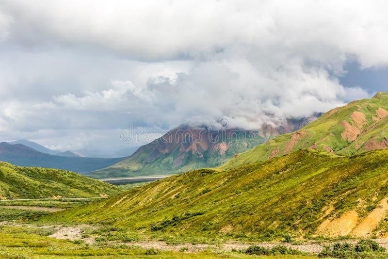 Sun y nubes sobre gama del ` s Alaska de Denali fotografía de archivo libre de regalías
