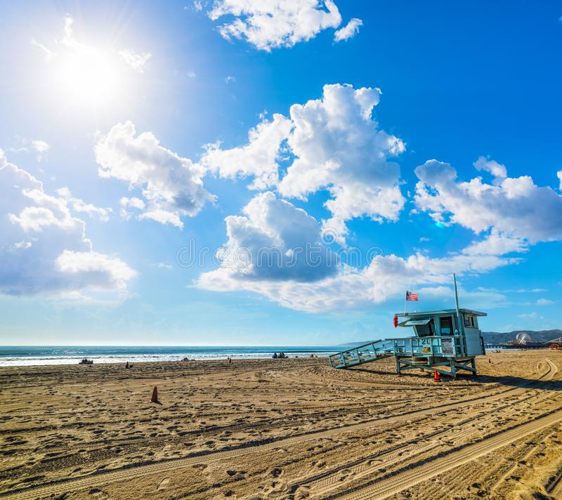Sun y nubes sobre la playa famosa de Santa Monica del worlf imagen de archivo