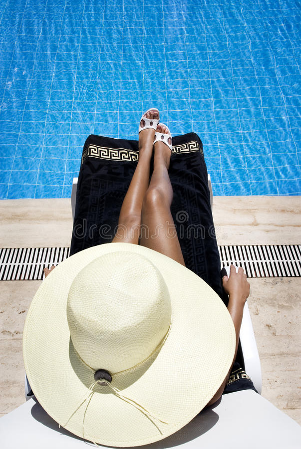 sunbath бассеина стоковое изображение rf