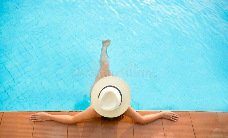 Sunbath de lujo cercano relajante de la piscina de la forma de vida de la mujer de Asia, día de verano en el complejo playero imágenes de archivo libres de regalías