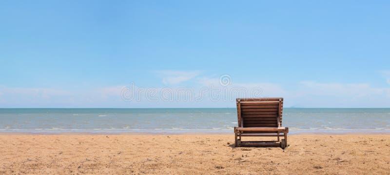 Sunbath krzesło na plaży z niebieskiego nieba tłem wyraźnie rel obrazy stock