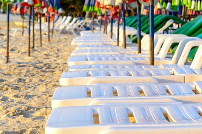 Sunbath platser på stranden arkivfoton