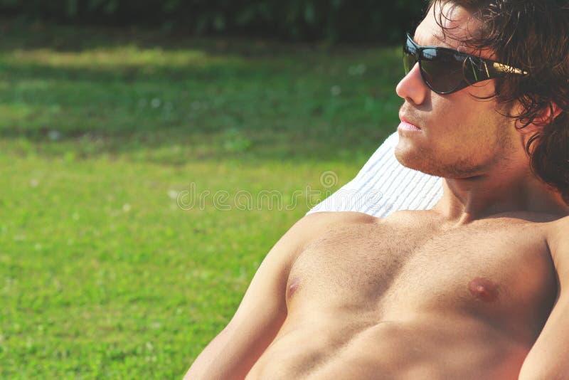 Sunbath 'sexy' do homem novo imagem de stock royalty free