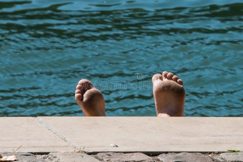 Sunbather à Paris photo libre de droits