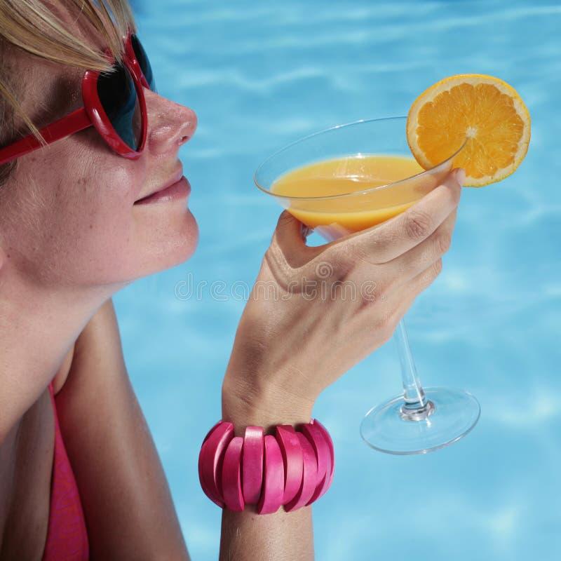 Sunbather mit einem Cocktail lizenzfreies stockfoto