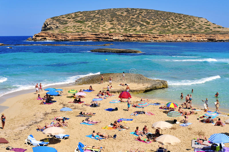 Sunbathers на Cala Conta приставают к берегу в Сан Антонио, острове Ibiza, курорте стоковое изображение rf