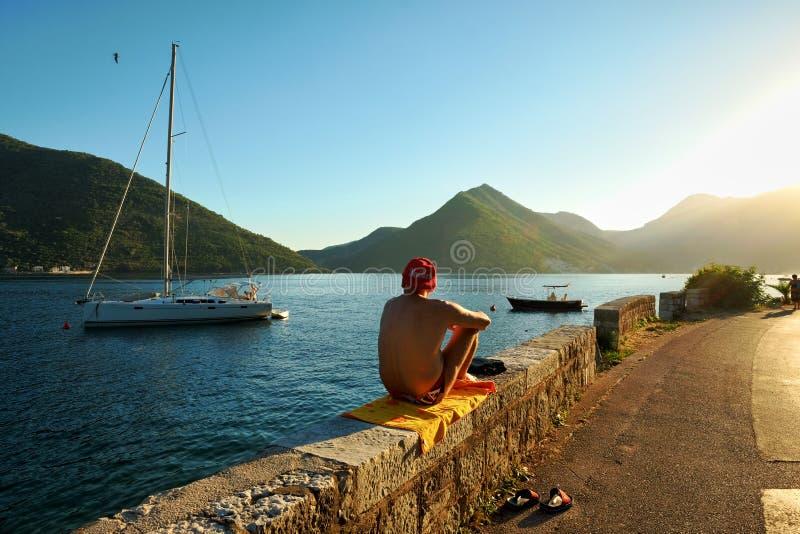 Sunbathers bij de Zonsondergang, Montenegro stock afbeelding