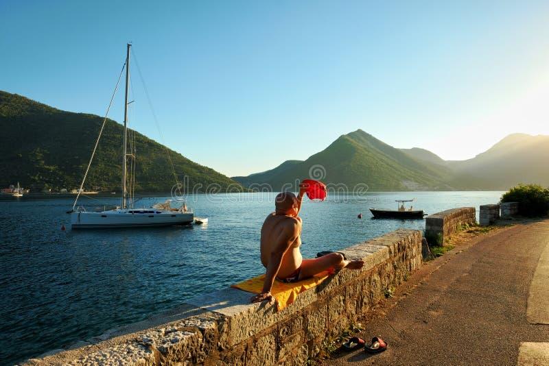 Sunbathers bij de Zonsondergang, Montenegro stock fotografie