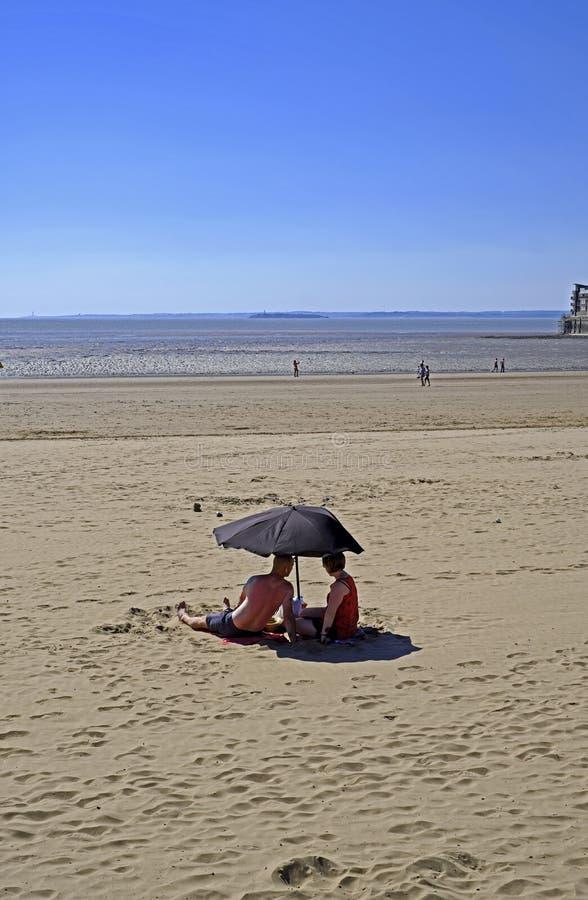 Sunbathers dans la Weston-superbe-jument photographie stock