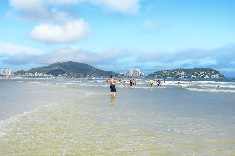 Sunbathers at Praia da Enseada, Guaruja SP Brazylia fotografia stock
