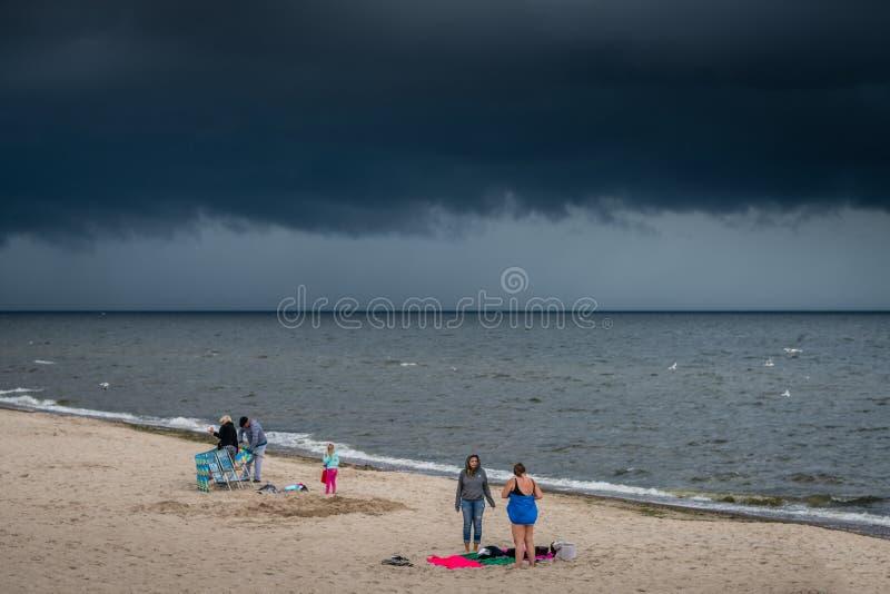 Sunbathers sur une plage dans Sarbinowo photographie stock libre de droits