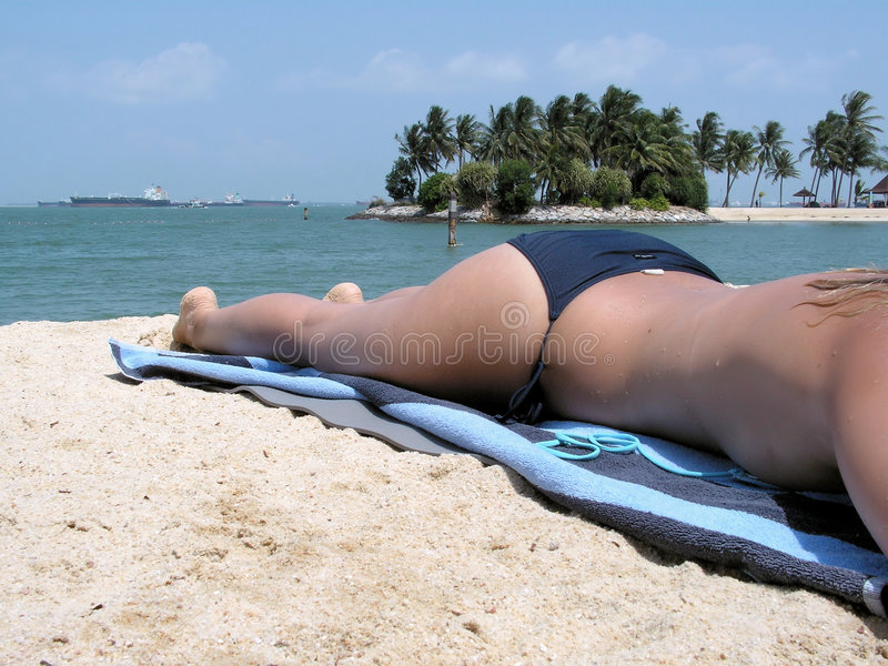 Sunbathing em topless da senhora foto de stock royalty free
