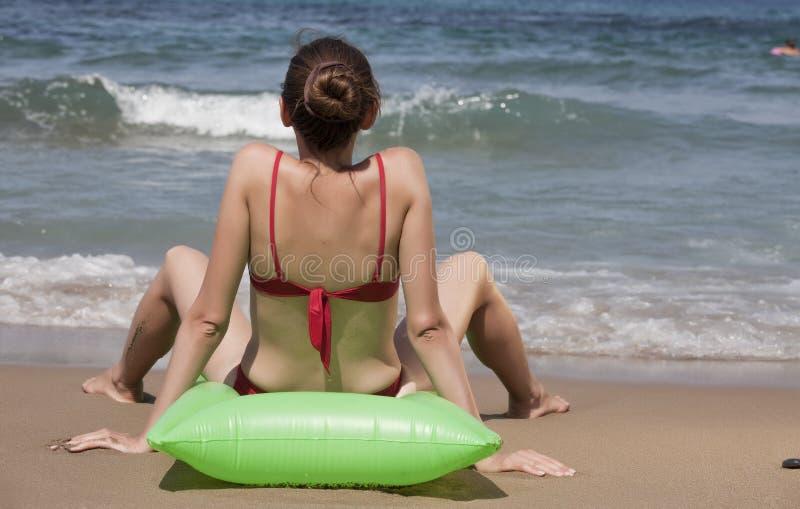 Sunbathing na praia fotos de stock royalty free