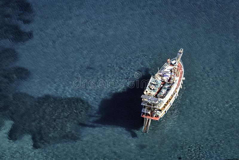 Sunbathing z Marmaris linii brzegowej na łodzi w krysztale - jasny błękitny nawadnia zdjęcie stock