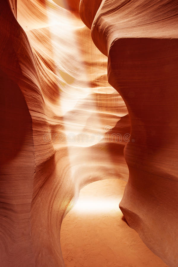 Sunbeam che splende in canyon dell'antilope immagini stock libere da diritti
