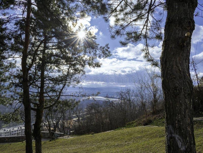 Sunbeam passant par des infractions avec les nuages blancs à l'arrière-plan images libres de droits