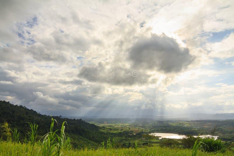 Sunbeam sopra il lago e la montagna nel distretto di Khao Kho immagini stock