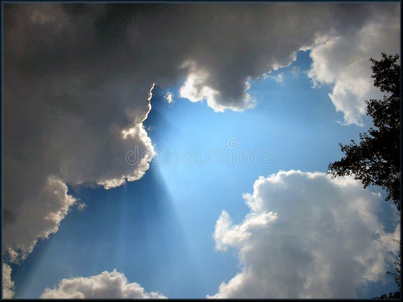 Sunbeams através das nuvens fotografia de stock