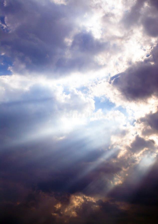 Sunbeams durch die Wolken stockfotos