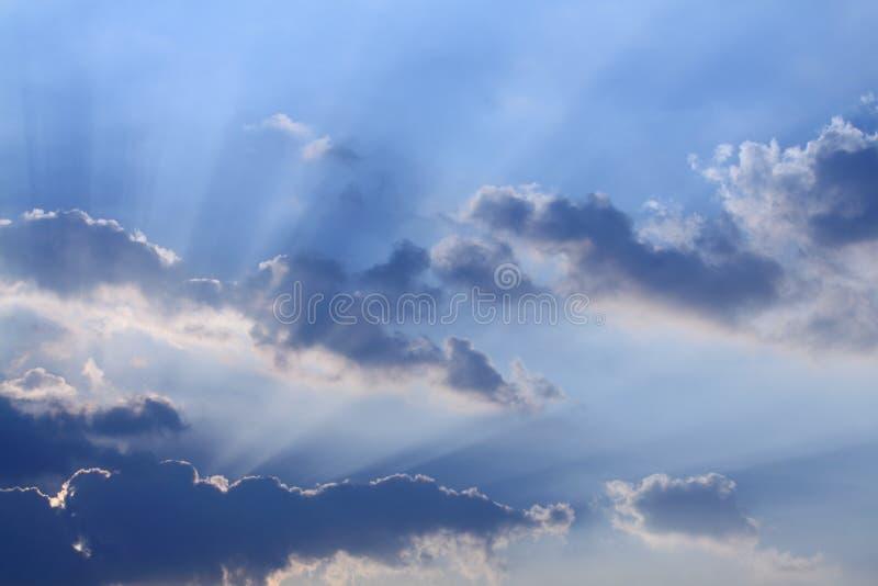 Sunbeams e nuvens foto de stock
