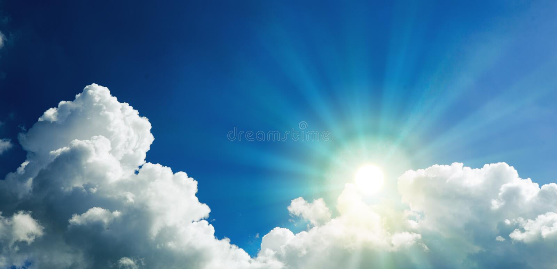 Sunbeams e nuvens Sun e céu azul imagens de stock royalty free