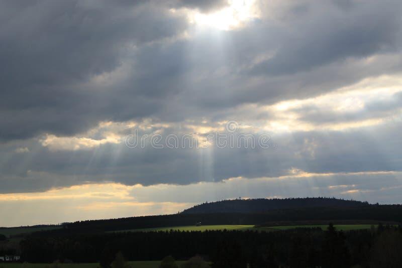 Sunbeams kropla między chmurami zdjęcie royalty free
