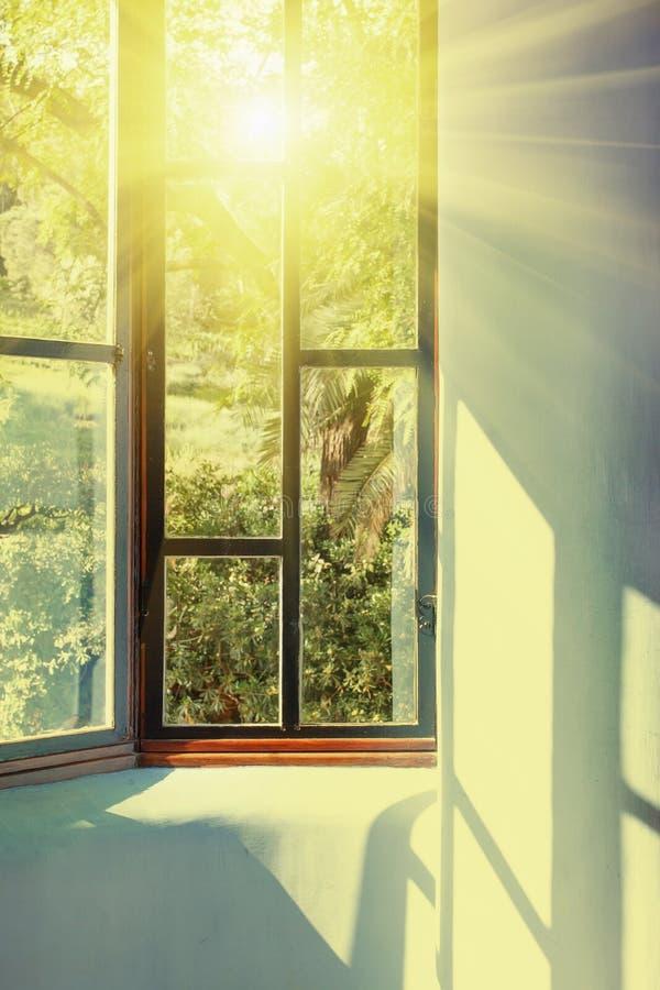 Sunbeams przechodzi przez rocznika okno zdjęcie stock