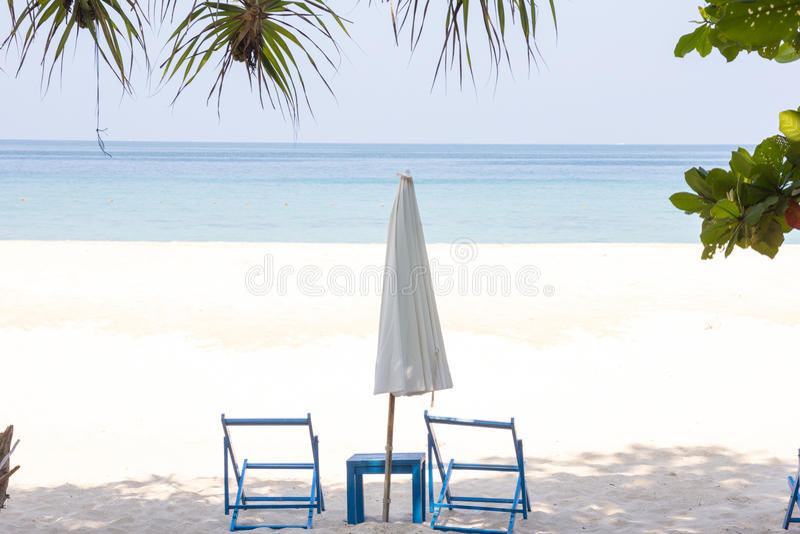 Sunbed και ομπρέλα στοκ εικόνες